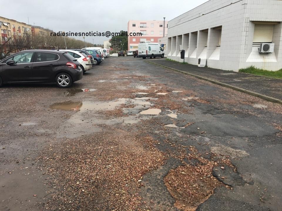 Pavimento do Centro de Saúde de de Vila Nova de Santo André (em mau estado)