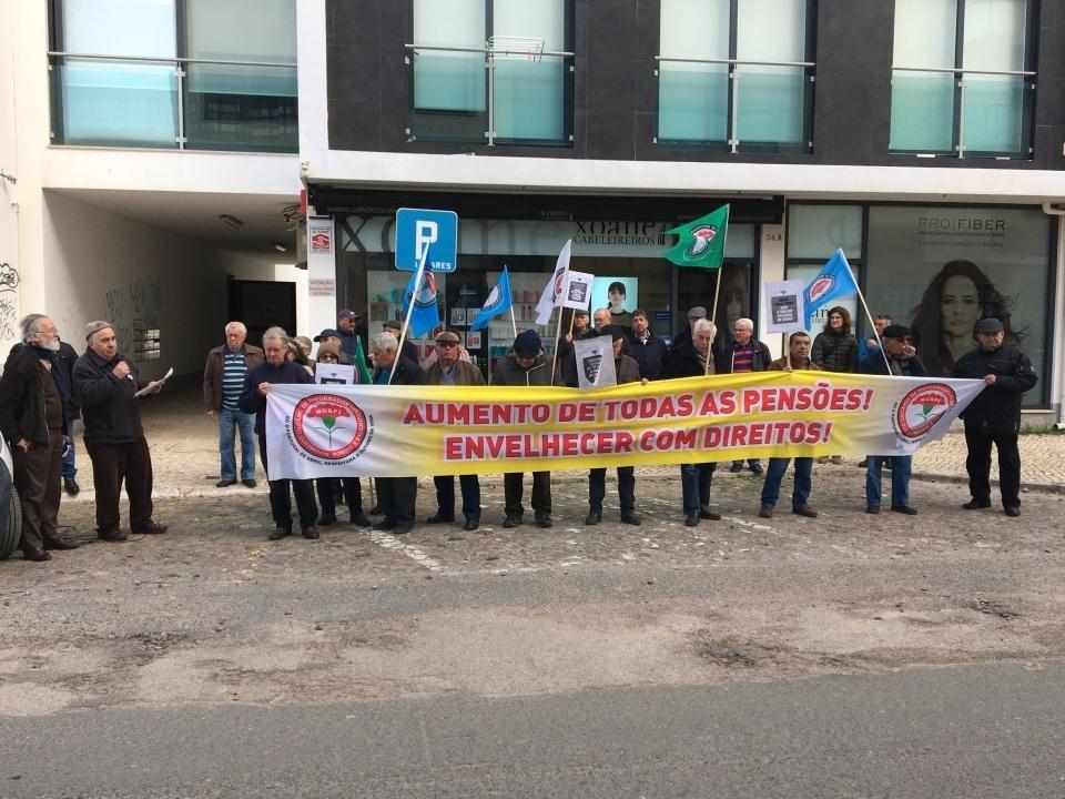 Manifestação no Centro Regional da Segurança Social em Sines