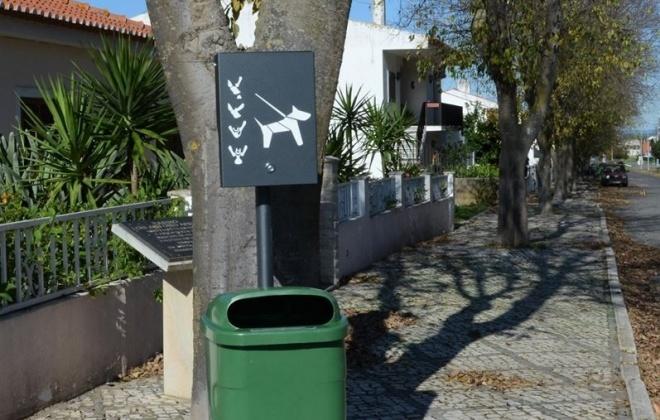 Ferreira do Alentejo conta com dispensadores de sacos para dejetos caninos