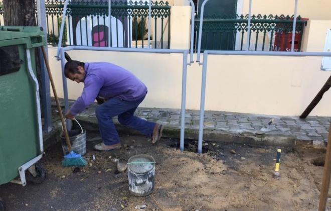 Junta de Freguesia de Melides coloca suportes nos contentores de lixo