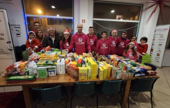 Ciclista Paulo Patrício recolheu ontem bens alimentares e brinquedos em Cercal do Alentejo
