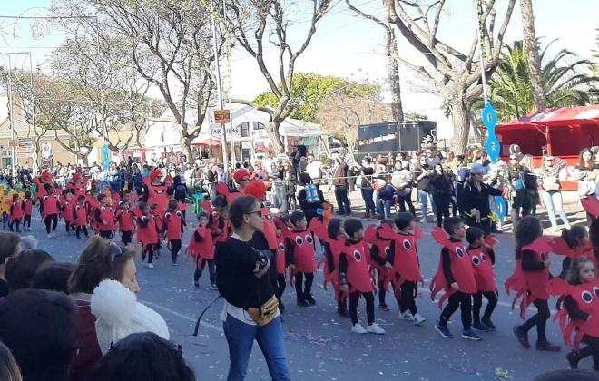 Crianças brincam ao Carnaval em Sines