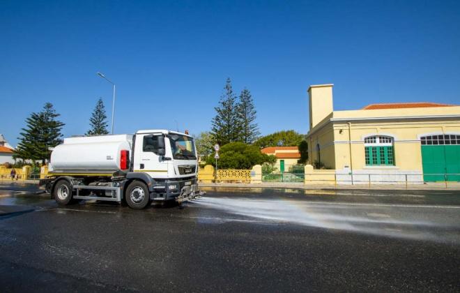 Sines reforça lavagem de ruas com camião-cisterna