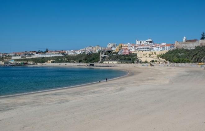 Praias e ruas de Sines estiveram desertas em dia de Páscoa