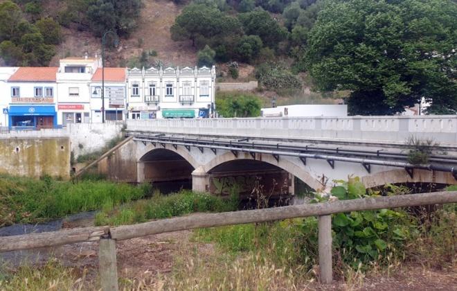 Município de Aljezur constrói ligação pedonal entre as duas margens da ribeira