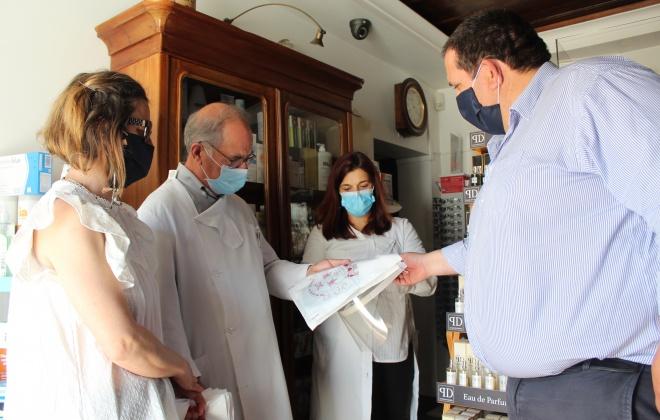 Junta de freguesia entrega viseiras e máscaras aos comerciantes do Torrão