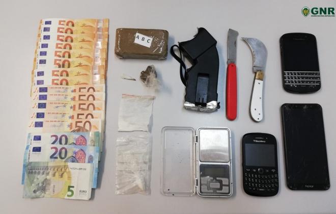 Homem foi detido por tráfico de estupefacientes e posse ilegal de arma proibida em Alcácer do Sal