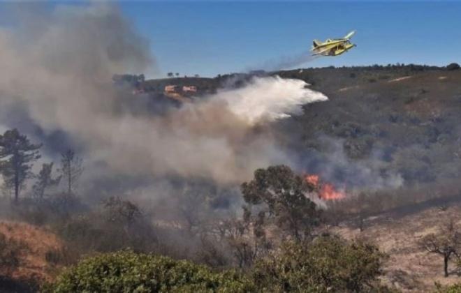 Reacendimentos não dão tréguas aos bombeiros no incêndio de Aljezur