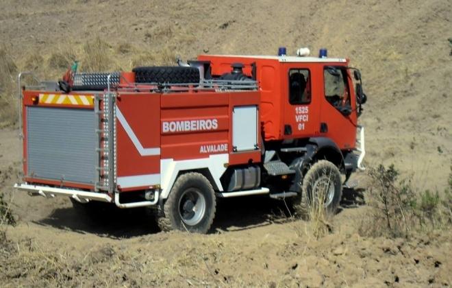 Bombeiros combatem incêndio rural em Alvalade