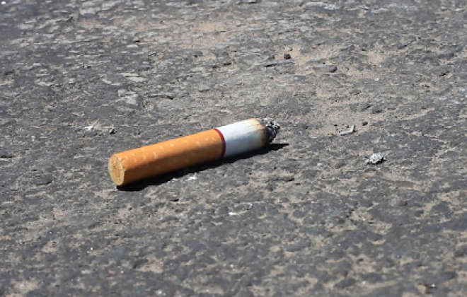 Atirar beatas de cigarros para o chão custa a partir de hoje entre 25 e 250 euros de multa
