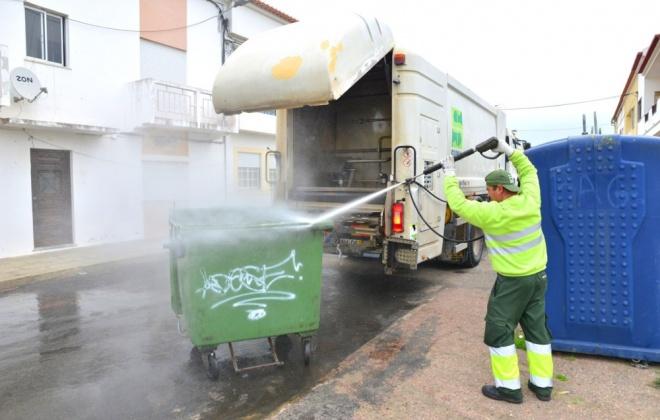 Câmara de Sines iniciou campanha de limpeza e desinfeção dos contentores de lixo