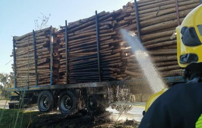Camião arde parcialmente no IC1 em Canal Caveira, Grândola
