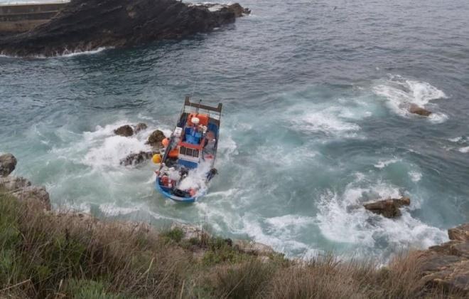 Embarcação de pesca fica encalhada em Vila Nova de Milfontes